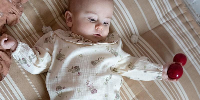 Joli choix de blouses, chemises et hauts pour les bébés en coton bio
