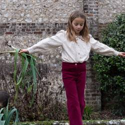 Notre pantalon flare Jane est en ligne! Les nouveautés arrivent peu à peu pour notre bonheur! Un velours de coton bio, deux couleurs sublimes « Amarante » un rouge profond ou « Écorce » un marron foncé chaleureux.  4 poches, une taille plate côté face, un élastique ajustable côté dos! Tous les détails qui comptent! Un prix de lancement jusqu'à demain soir! . . Our flare corduroy pants have arrived! Organic cotton of course, a choice of two incredible colors, a deep red or a warm chocolate... perfect details and a special price until tomorrow night!  . . Modèle Artémise   Photo by @cecilemoli  𝐫𝐢𝐬𝐮 𝐫𝐢𝐬𝐮 𝐑𝐚𝐜𝐢𝐧𝐞𝐬 𝐚𝐮𝐭𝐨𝐦𝐧𝐞 𝐡𝐢𝐯𝐞𝐫 20-21  #risurisu #AW2021 #automnehiver2021 #newcollection #racines #roots #kidsfashion #organiccotton #gotscertified #certifiegots #slowfashion #sustainability #childhood  #comfort #newcolors #takecareofourplanet #organicdye #madeineurope #ethicalfashion #circuitcourt  #teintureecologique #organickidsclothing