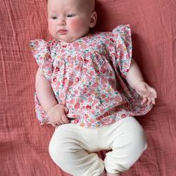 """Les jolies blouses pour des bébés à croquer! Associée à nos leggings en jersey de coton bio c'est juste parfait!  . . The cutest blouses for the cutest babies! Match with our leggings for a perfect look! . .   𝐫𝐢𝐬𝐮 𝐫𝐢𝐬𝐮 """"𝐕𝐨𝐥𝐚𝐫𝐞""""  𝐏𝐫𝐢𝐧𝐭𝐞𝐦𝐩𝐬 𝐄𝐭𝐞 2021 𝐄𝐜𝐨𝐥𝐨𝐠𝐢𝐪𝐮𝐞 -𝐄𝐭𝐡𝐢𝐪𝐮𝐞 -𝐂𝐡𝐢𝐜   Photo by @cecilemoli  #risurisu #ss21 #printempsete21 #newcollection #volare #shopsmall #kidsfashion #organiccotton #gotscertified #certifiegots #slowfashion #sustainability #childhood #sustainablefashion #shopsustainable #ethique #ecologique #cotonbio  #comfort #newcolors #takecareofourplanet #organicdye #madeineurope #ethicalfashion #circuitcourt #gots #certifiegots #teintureecologique #organickidsclothing"""